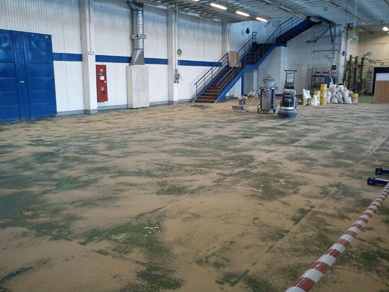 Подготовительные работы для наливного эпоксидного пола в производственном помещении финской компании Энсто Электро.